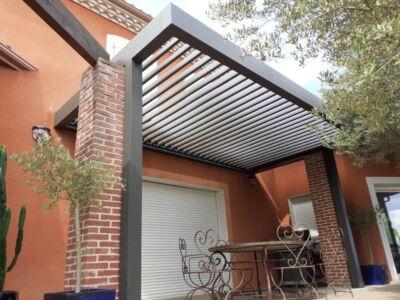 Une belle pergola bioclimatique Design élégant adapté aux constructions contemporaines et plus traditionnelles.